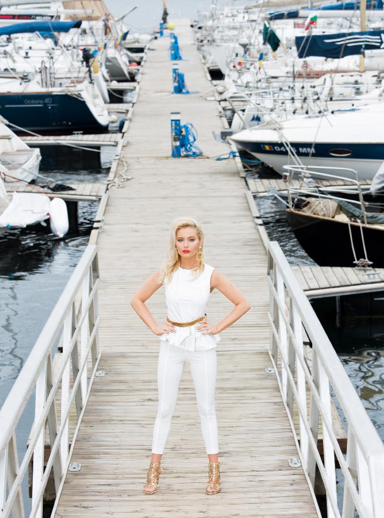 Laura Cosoi - Unica iulie 2014 - 03