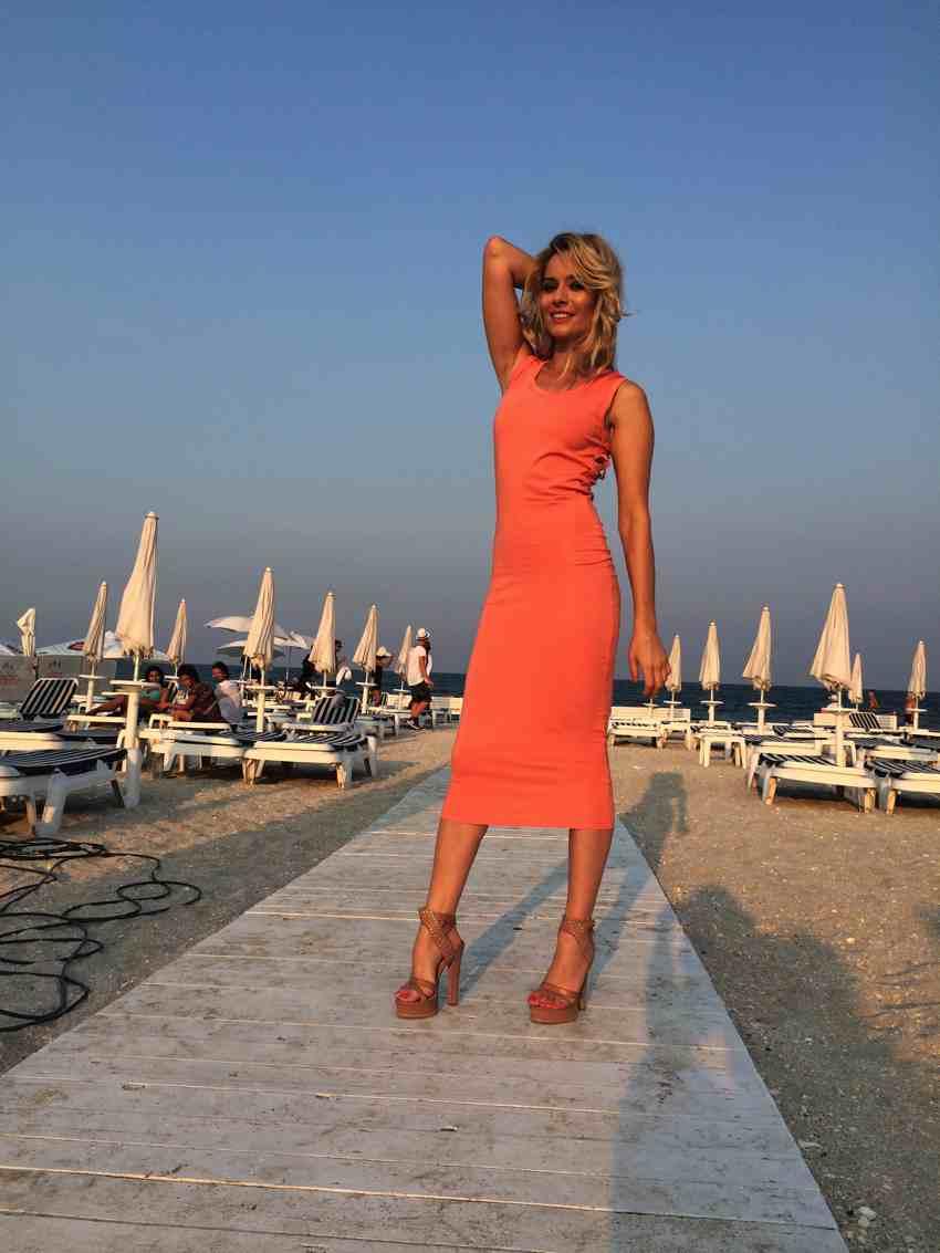 Laura Cosoi Traieste-ti Vara outfits-24