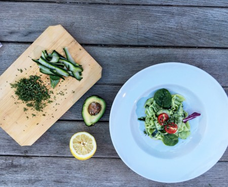Vertical Taste: Salata de castraveti cu sos de avocado