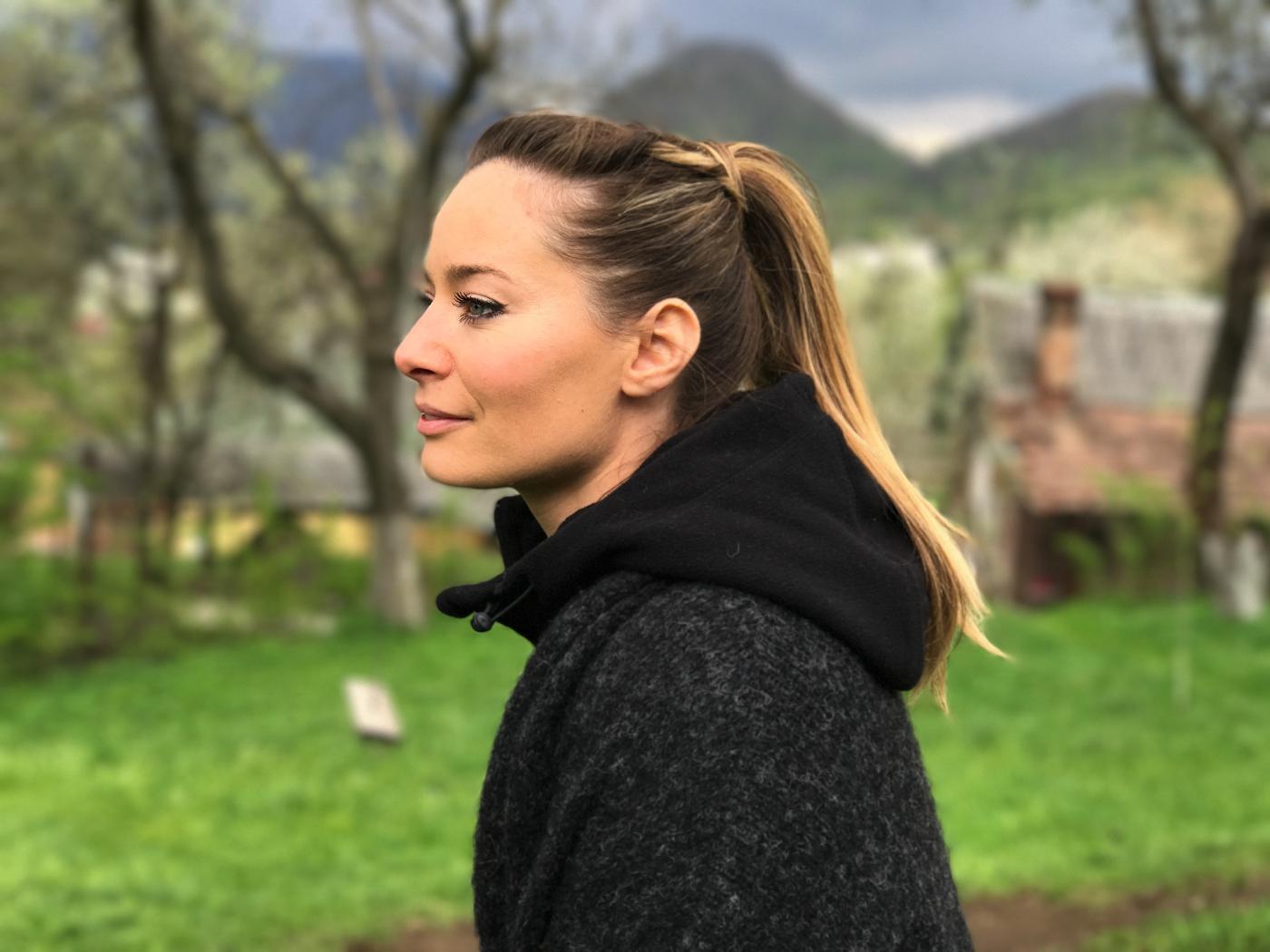 Laura Cosoi 25