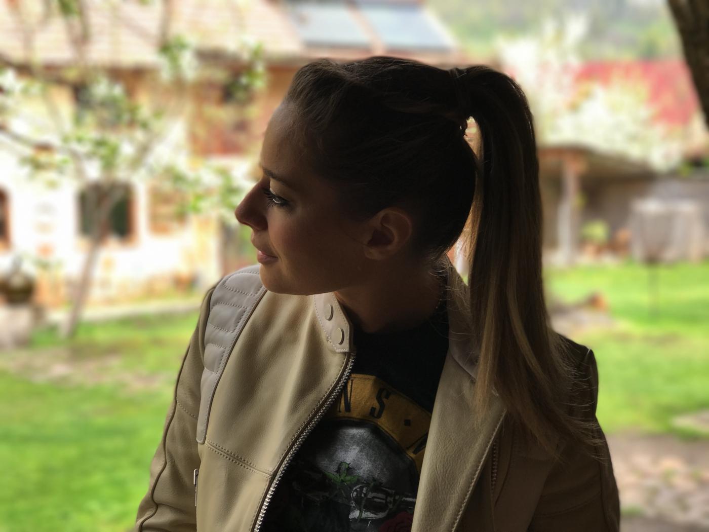 Laura Cosoi 27